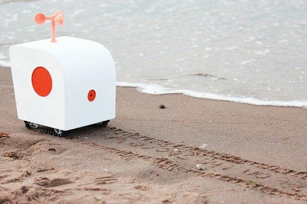 حکاکی شعر در لب ساحل توسط ربات شاعر