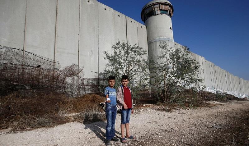 اسرائیل با ساخت یک دیوار بتنی بسیار مرتفع، نوار غزه را محاصره کرده است.